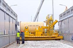 Kontejner před zasunutím do kóje suchého přechodného úložiště (zdroj Černobylská jaderná elektrárna).