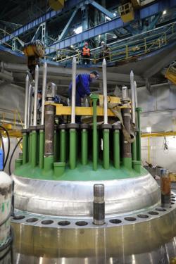 Kontrolní sestavení reaktorové nádoby pro reaktor VVER-TOI pro první blok Kurské jaderné elektrárny (zdroj Atomenergomaš).
