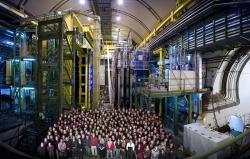 Zástupci týmu LHCb vútrobách svého stroje. Kredit: CERN / LHCb Collaboration.