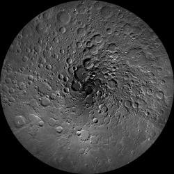 Měsíc, severní pól. Kredit: NASA/GSFC/Arizona State University.