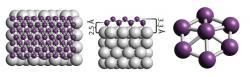Syntetizovaný borofen na stříbrném substrátu. Atomy bóru fialově, stříbra stříbrně. Kredit: Mannix et al. (2014), Science.
