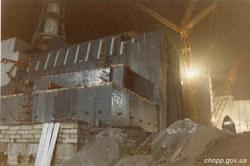 Na budování sarkofágu se pracovalo ve dne i v noci (zdroj ČJE).