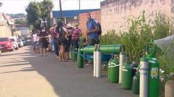 """Brazilský Manaus, 16. ledna 2021. Zoufalí lidé se snaží zajistit zásoby kyslíku. """"Stádní imunita"""" proti covidu nezabrala. Kredit: André L P de Souza / Wikimedia Commons."""