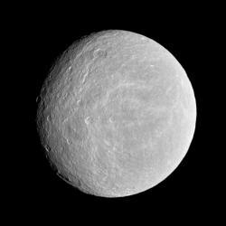 Saturnův největší vnitřní měsíc Rhea. Zdroj: NASA/JPL/Space Science Institute