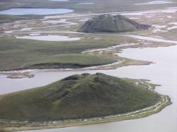 Dvě pinga na souši, Severozápadní teritoria, Kanada. Kredit: Emma Pike, Wikimedia Commons.