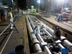 Pracovníci dokončují vyplňování systému pro zmrazení zeminy a vytvoření ledové stěny solankou (zdroj TEPCO).