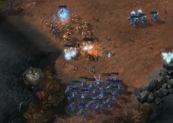 Modré jednotky umělé inteligence AlphaStar drtí lidského protivníka. Kredit: DeepMind.