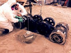 Druhá generace roveru RASSOR na Swamp Works v KSC.  Kredit: NASA