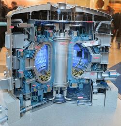 Model tokamaku ITER. Kredit: IAEA / Wikimedia Commons.