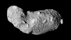 Snímek planetky Itakawa pořízený sondou Hajabusa (zdroj JAXA).