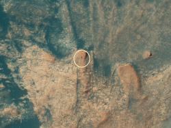 Snímek vozítka Curiosity pořízený sondou MRO (Mars Reneseince Orbiter) v dubnu 2021 z výšky 270 km (zdroj NASA).
