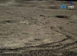 Stopy Nefritového králíka 2 na povrchu odvrácené strany Měsíce (CNSA).