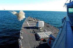 Raketový torpédoborec USS Forrest Sherman pálí ze palubního děla Mk 45. Kredit: US Navy.