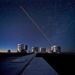Systém dalekohledů VLT na observatoři Paralan v Čile, který byl využit k pozorování infračerveného záření z jasných hvězd v těsné blízkosti centra naší Galexie (zdroj ESO).