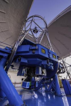 Gemini Planet Imager na observatoři Gemini South. GPI je zařízení ve spodní části teleskopu nad podlahou observatoře.  Kredit: Manuel Paredes/Gemini Observatory/AURA.