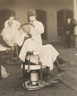 Kalifornští holiči během pandemie španělské chřipky. Kredit: U.S. National Archives and Records Administration.