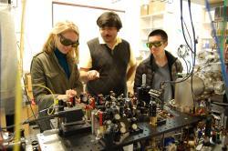 Hrátky slasery a ultrachladnými atomy. Kredit: Ultracold Lab.