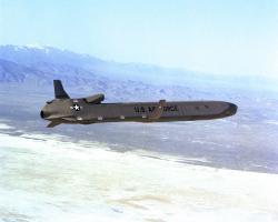 Střela splochou dráhou letu typu CALCM. Kredit: R. L. House.