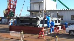 Část nového zastřešení, které se buduje nad třetím blokem, které dorazilo do přístavu u Fukušimy I na konci prosince 2016 (zdroj TEPCO).