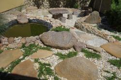Část zahrady z bludných balvanů.