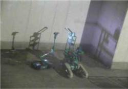 Dvojice robotů, která zkoumala patro s bazénem pro palivové soubory druhého bloku (zdroj TEPCO).