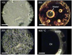Analogická sestava mezihvězdných organických látek produkuje nejprve vodní kapky a při vyšší teplotě i olej. Kredit: Hideyuki Nakano a kol.,Scientific Reports, 8. května 2020
