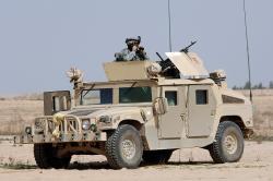 Humvee vIráku (2006). Kredit: U. S. Navy.