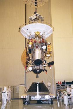 Sonda Cassini-Huygens sa montuje na adaptér nosiča pred letom k Saturnu. Kredit: NASA.