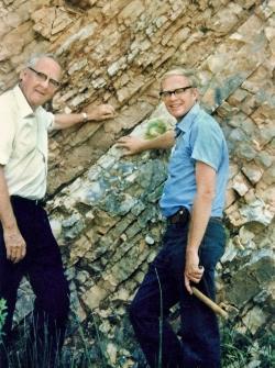 Luis W. Alvares a jeho syn Walter u hraničního sedimentu K-T v italském Gubbiu (1981). Právě tou dobou oba muži se svými spolupracovníky odkryli fantastickou skutečnost o možném konci éry dinosaurů. Převzato z Wikipedie.