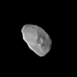 Zatím nejjasnější kompozitní podoba měsíce Nix (o průměru cca 40 – 50 km) v zatím největším rozlišení na základě dat 4 snímků kamery LORRI v titulním snímku kolorovaném na základě dat zařízení Ralph ze 14.7. (10:07 SELČ). Podobnou metodou byla publikována už řada předchozích snímků sondy New Horizons. Překvapivé je množství odraženého světla (albedo), které je větší než u některých oblastí měsíce Charon. Rovněž velkou záhadou je velký kráter v centrální oblasti měsíce obklopen načervenalým materiálem v okolí (viz titulní barevné foto). Zatím nevíme, zda jde o materiál vnitřku měsíce, jenž se dostal na povrch díky mohutnému impaktu. Mimo rozsáhlý centrální kráter žádné další nepozorujeme.Výsledný pohled je třikrát zvětšený. Zdroj: http://www.planetary.org