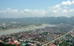 Vietnamské město Hòa Bình plní titulní strany novin.