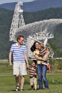 Maura McLaughlin se svojí radioastronomickou rodinkou. Kredit: WVU.