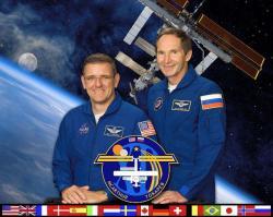William McArthur a Valerij Tokarev, kteří byli posádkou 12. Expedice na ISS, se vrátili s poškozeným sluchem. V roce 2006 byla na ISS naměřena hladina zvuku dosahující 78 dB v modulu Zvězda, který byl tehdy hlavním pracovním prostorem, a 65 dB ve stejném modulu ale v kabinkách pro spánek. Ztráta sluchu je přitom možná při dlouhodobém vystavení prostředí s hladinou hluku už od 80 dB. Nebylo výjimkou, že posádky tehdy nosili špunty do uší. Od té doby však bylo učiněno mnoho protiopatření a vylepšení stanice a její hlučnost tak klesla. Zdroj: http://en.wikipedia.org/