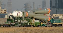 Nosná raketa Sojuz na kozmodrome Baikonur Cosmodrome sa priváža na štartovaciu rampu.