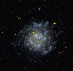 Vyloženě roztomilá trpasličí spirální galaxie NGC 5474. Kredit: GALEX / NASA.