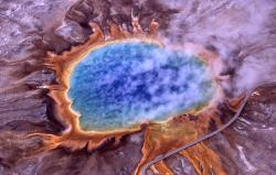 Yellowstone, typický biotop extremofilů. Kredit: Jim Peaco, National Park Service.