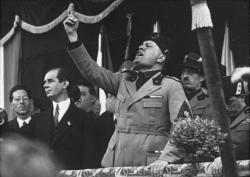 Benito Mussolini při své typickém projevu, vroce 1930. Kredit: German Federal Archives.