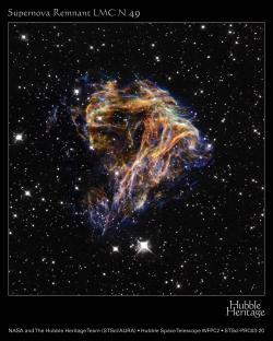 Zdrojem supertěžkých prvků v přírodě jsou supernovy. Snímek pozůstatku supúernovy pořízený Hubblovým teleskope. (zdroj NASA).