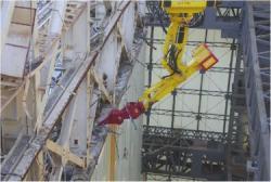 Demolice horní části budovy prvního bloku (zdroj TEPCO).