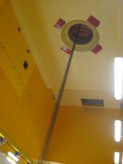 Palivové soubory se vyzvednou zvagónu, který je přivezl, a zvodorovné polohy se přeorientují do svislé. A pak se otvorem ve stropě přemístí do velké horké komory.