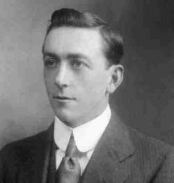 Arthur Holmes, talentovaný britský geolog, který jako první nechal Zemi zestárnout řádově do miliard let. Na snímku z roku 1912 ve věku 22 let již experimentoval s radioaktivním datováním a o pouhý rok později publikoval první verzi svého díla The Age of the Earth. Převzato z Wikipedie.