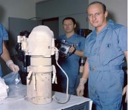 Astronaut Pete Conrad a fotograf s kamerou sondy Surveyor 3 (zdroj NASA JSC photo S-69-62290).