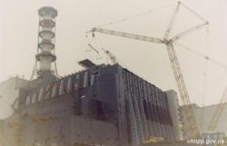 Bez velkých jeřábů by se těžké části konstrukce nedostaly na místo. Čím méně částí bylo a čím jednodušší montáž byla, tím více se omezil pohyb montážníků v silně radioaktivním prostředí. (Zdroj ČJE).