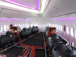 Balastní nádrže vkabině prototypu Boeingu 747 pro letové testy. Podobné snímky konspirátoři milují. Kredit: Olivier Cleynen / Wikimedia Commons.