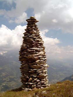 Lid� tak� r�di hromady kamen�. Kredit: Gerrit / Wikimedia Commons.