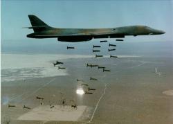 Bombardér B-1 Lancer shazuje kazetové pumy. Kredit: USAF.