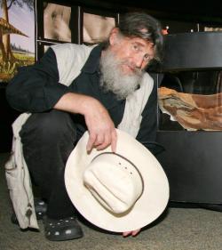 Jednou z největších osobností dinosauří renesance je bezesporu kontroverzní paleontolog Robert T. Bakker, který se proslavil jako nejhouževnatější obránce tehdy nových myšlenek o dinosauří teplokrevnosti, rychlém metabolismu a neuvěřitelném evolučním úspěchu již v 70. a 80. letech minulého století. Kredit: Ed Schipul, Wikipedie