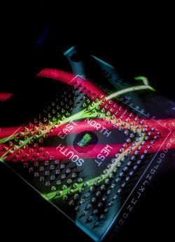 První mikročip sintegrovanou fotonikou. Kredit: Glenn J. Asakawa / University of Colorado.