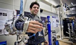 Pokročilý exoskelet pro telerobotického operátora.  Zdroj: http://www.esa.int