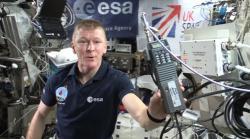 Obr. 4 Britský astronaut Tim Peake ukazuje HAM rádio